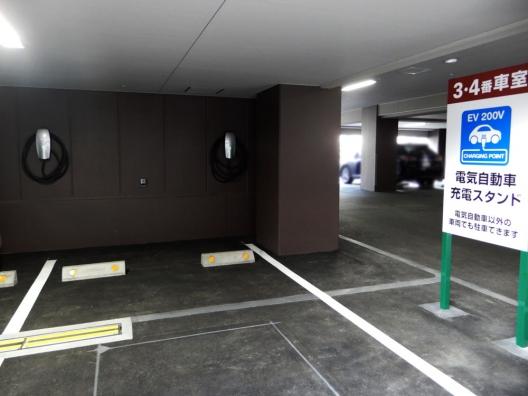 ホテル駐車場内に電気自動車充電ブースを設けています!